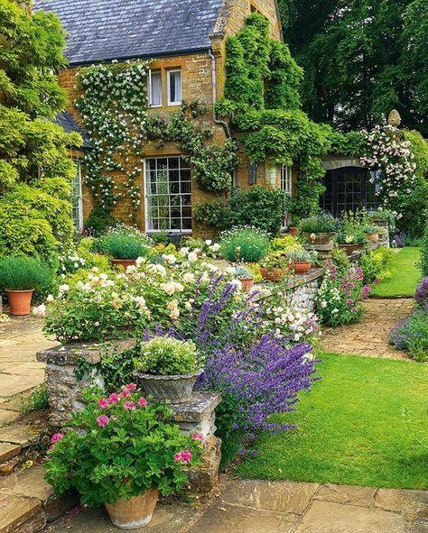 Un jardin de charme fait d'une belle association de fleurs et feuillages.