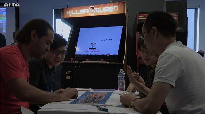 Documentaire : Jeux vidéo - les nouveaux maîtres du monde - Longtemps perçu comme un loisir d'adolescents boutonneux, le jeu vidéo s'est généralisé. En surfant sur les innovations technologiques, en s'appuyant sur des pulsions universelles pour séduire un ...