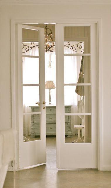 Weiße französische Türen passen zu einem schäbigen chic Innenraum und lassen…