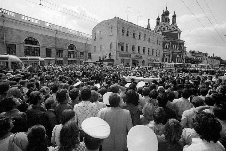 """Таганская площадь, 28 июля 1980 года. Вынос гроба<br /> Все цветы были раскуплены. Зашли с Лидией Постниковой (замдиректора \""""Современника\"""") в цветочный на Чернышевского - тоже пусто, только ромашки. Взяли все, что были. К гробу подошли беспрепятственно, милиция отдавала нам честь."""