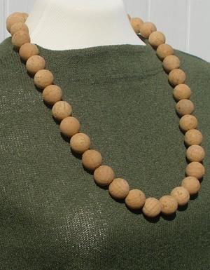Halsk�de lavet af korkperler