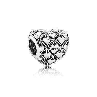 Découvrez un bijou de collection unique et précieux. Un bijou hommage à nos chers membres du Club PANDORA.  Merci de nous inspirer.