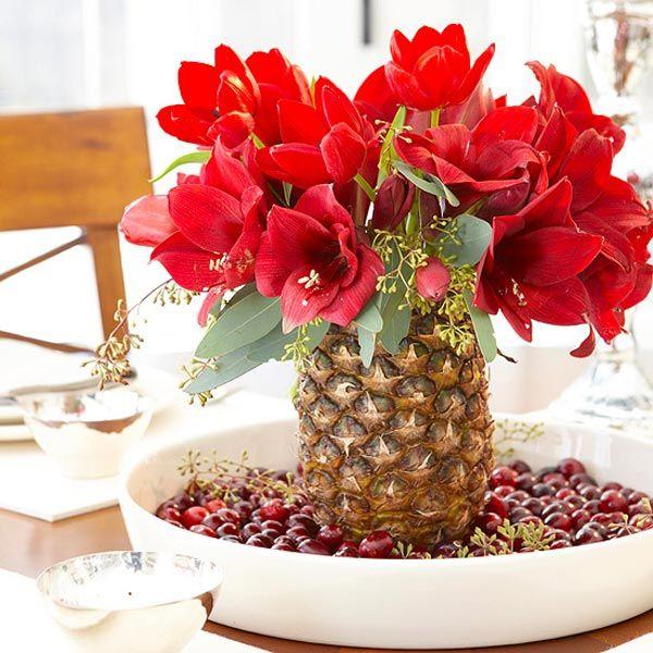 centro de mesa de navidad con una pia y flores