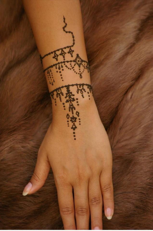 henné discret avec un caftan