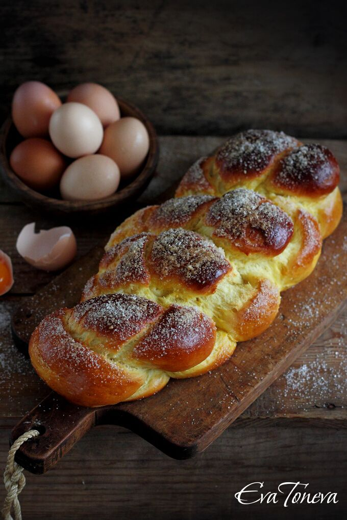 Kozunak is a traditional Bulgarian sweet bread. It is usually prepared for Easter in Bulgaria. It is soooo yummy!! V