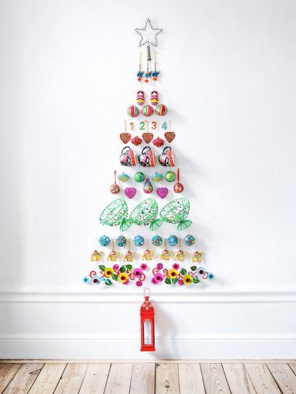 オーナメント壁にクリスマスツリー
