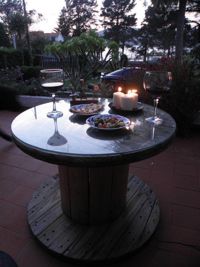 gartentisch holz glasplatte kabeltrommel romantische atmosphäre abendessen