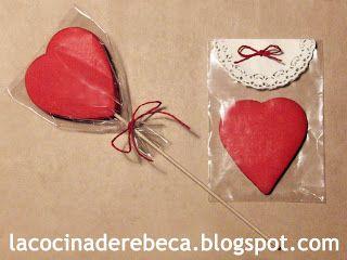 Galletas de masa teñida, listas para regalar el día de San Valentín