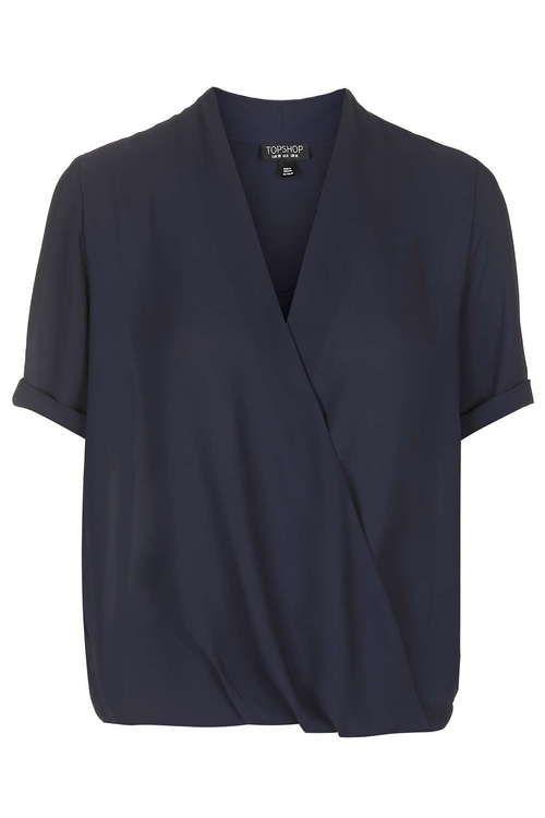 Специально для модниц, которые пребывают в муках выбора, редакция «Леди Mail.Ru» отобрала 30 самых модных блузок и рубашек сезона, которые пригодятся как для работы, так и для более неформального времяпровождения.