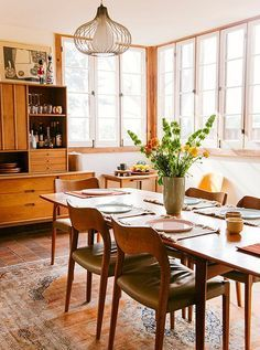Warm and inviting casual dining room with midcentury dining furniture and chairs.