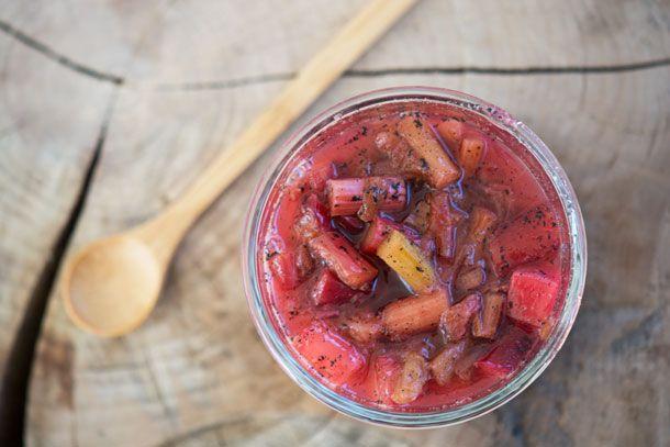 Lav hurtigt og nemt en velsmagende rabarberkompot selv - kompot bruges som tilbehør til mange retter og denne opskrift smager dejligt