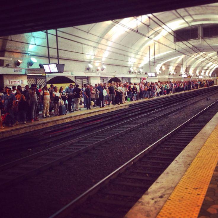 Banchina metro B Normale amministrazione di un venerdì sera....