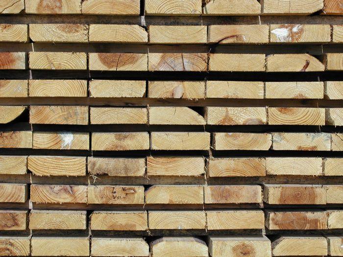 W Internecie roi się od wszelkich mitów dotyczących praktycznie każdej dziedziny życia. Podobnie sytuacja wygląda w przypadku sinizny drewna. Na forach można znaleźć informacje, które mówią, że drewno skażone sinizną nadają się tylko na opał lub, że takie drewno jest mocno osłabione konstrukcyjnie. Oczywiście nie ma w tych twierdzeniach ani odrobiny prawdy.