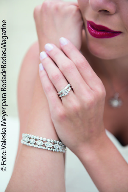 #Anillo de #compromiso con #diamante redondo de #OroBlanco de 18kl. La #argolla es una moderna banda en #OroBlanco de 14kl con #diamante pequeños engastados en pavé. Si vas a usar un vestido de cuello alto, no podrás usar #collar, así que utiliza brazaletes como estos de #AristosBodas.  Puedes ver esta edición o las anteriores de #BodadeBodasMagazine en: http://issuu.com/bodadebodasmagazine  Foto: Valeska Meyer Fotografía