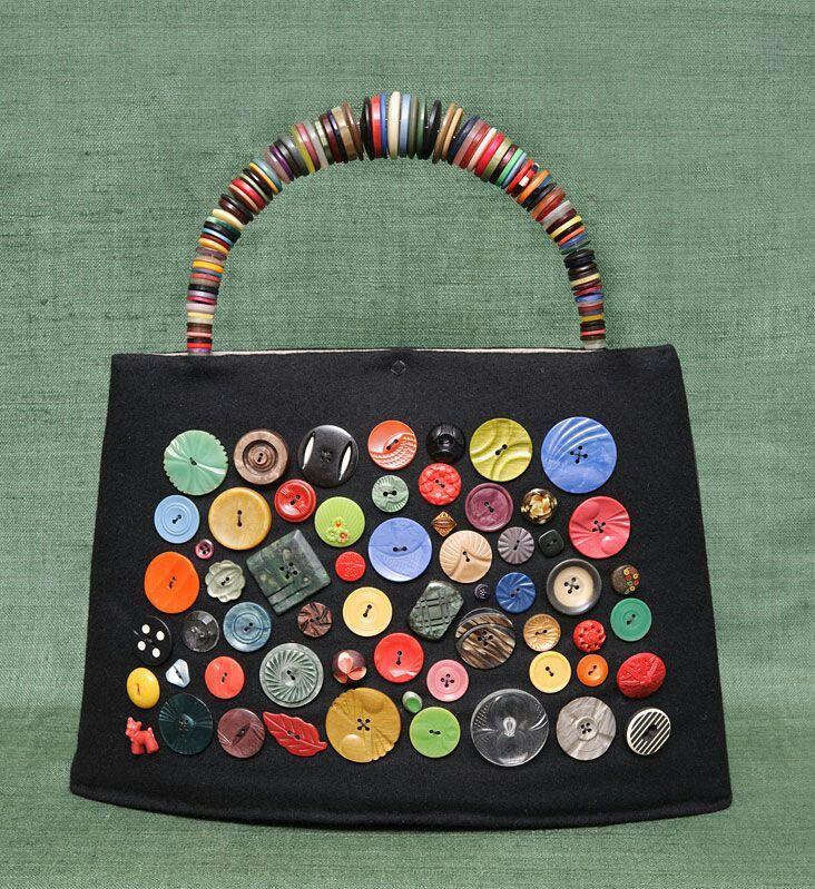 Bolso decorado con botones.