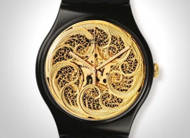 Après sa remarquable installation d'art qui a fait sensation lors de la dernière biennale de Venise 2015, l'artiste portugaiseJoana Vasconcelos continue sa collaboration créative avec l'horloger suisse Swatch - sponsor de l'événement - en offrant une personnalisation unique à