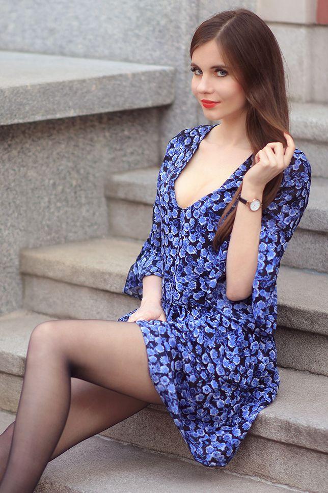 Niebieska Sukienka W Kwiaty Czarne Rajstopy I Lakierowane Szpilki Ari Maj Personal Blog By Ariadna Majewska Vrouw