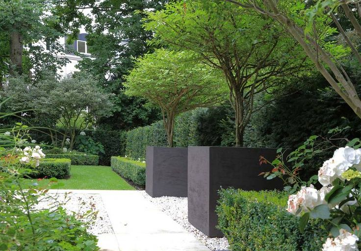 large contemporary planters, gravel and formal hedges || christian bahl landschaftarchitekt