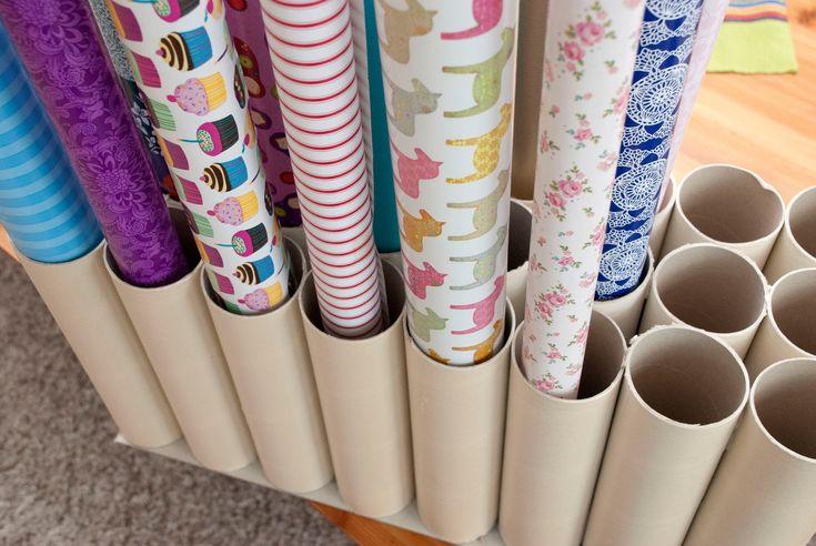 Geschenkpapieraufbewahrung aus Küchenpapierrollen