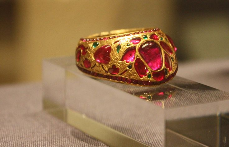 WLA vanda gold thumb ring - Thumb ring - Wikipedia