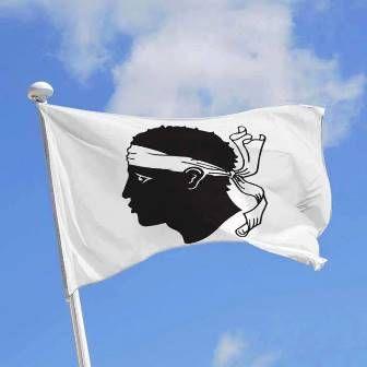 Le drapeau de la Corse a été adopté par Pascal Paoli en 1755 et est basé sur un drapeau traditionnel utilisé précédemment. Il représente une tête de Maure en noir portant un bandana blanc sur son front, le tout sur un fond blanc...  Crédit-photos: Corsica