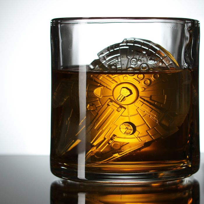 Millennium Falcon ice cube: Falcons Ice, Beer Glasses, Millennium Falcons, Stars War, Star Wars, Ice Cube Trays, War Millennium, Starwars, Ice Cubes Trays