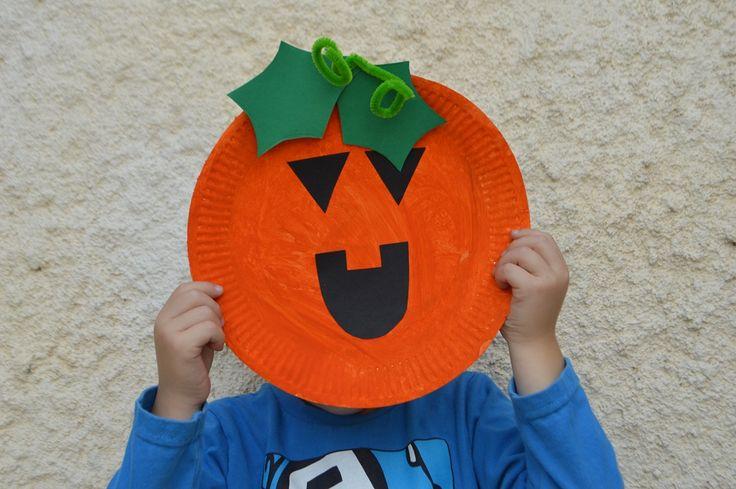 Calabazas de Halloween con un plato de papel