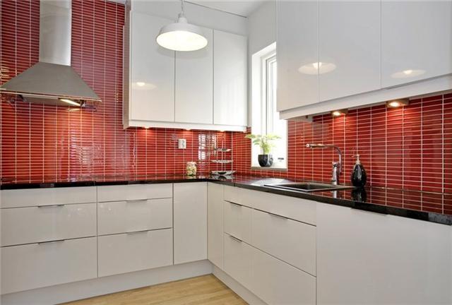 Red kitchen. Rött kakel i köket