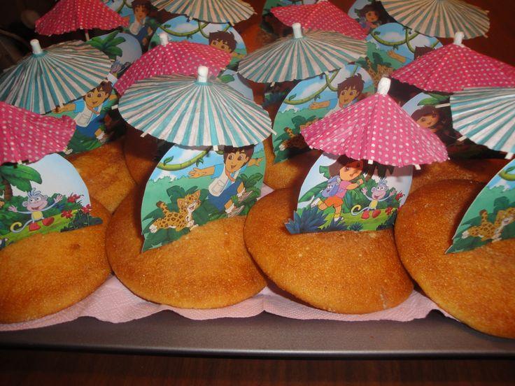 Schooltraktatie-, eierkoek met daarin een plaatje van Dora of Diego gedrukt en een parapluutje erin en klaar