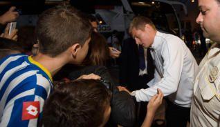 Kroos firma un autógrafo a su llegada a Alvedro. sept 2014