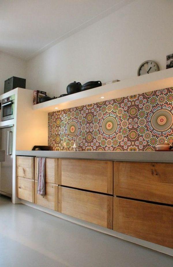 viele Holzschränke und wunderbare Wandgestaltung