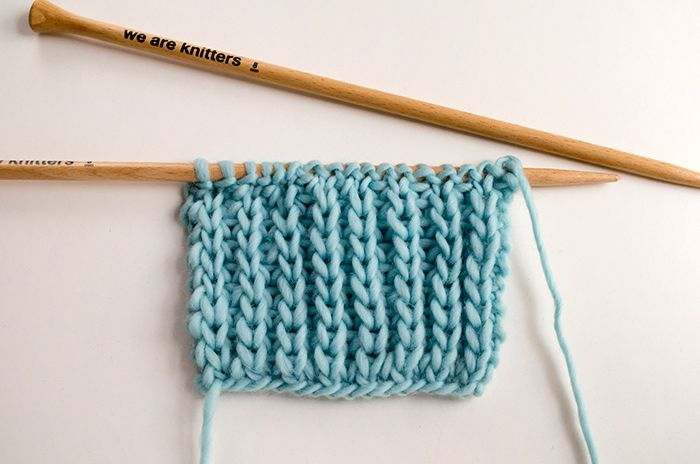 Dans ce post, We Are Knitters vous apprend comment tricoter les côtes perlées. Cette technique rend bien et est très facile à tricoter !