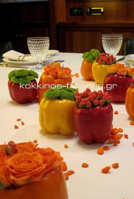 Groenten en bloemen dienen als tafeldecoratie..