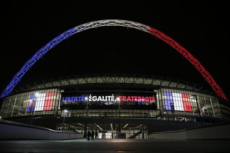 Le stade de Wembley, à Londres, illuminé aux couleurs de la France.