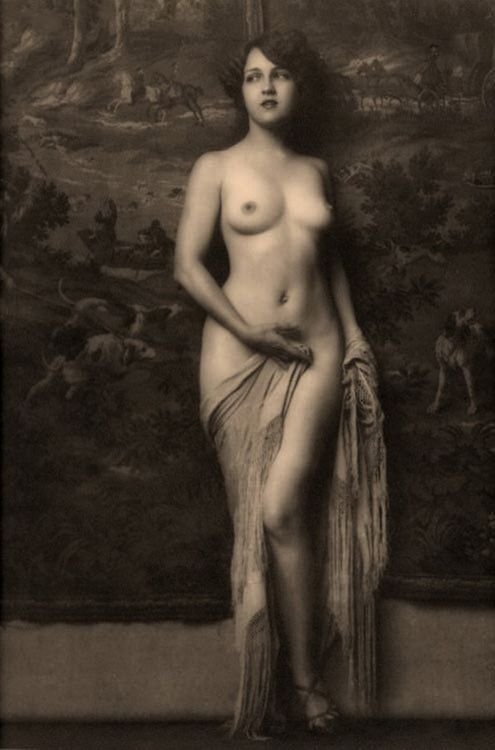 My goodness! Isn't this beautiful? I'm certain that it's an Alfred Cheney Johnston image, even though that low camera angle is uncharacteristic of him. I'm going to go out on a limb and guess that the graceful and elegant model is Ziegfeld Girl Isabel Gardner.