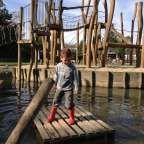 Natuurspeeltuin 't Weitje is echt zo'n plek waar de kinderen zich de hele dag kunnen vermaken.Een verzorgde speeltuinmet voor ieder wat wils. Een waterpomp metzandbak, een groot houten klimrek met netten en daaromheen water, schommels, een kabelbaan... We waren uitgenodigd voor een kinderfeestje in deze speeltuin. Terwijl de ouders genoten van een kopje koffie en gebak, waren de kidsin no-timete vinden op het houten vlot. Dit vlot was de rest van de middag favoriet. Via een touw bracht…