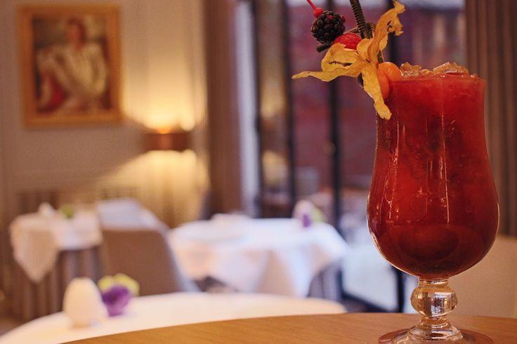Les cocktails du mardi soir « Golden Black » notre cocktail de la semaine. Un cocktail à la vodka et aux jus de mangue, cassis et maracuja. You'll find vodka, mango, maracuja and blackcurrant juices. (l'abus d'alcool est dangereux pour la santé) #cocktailsdumardisoir #hotellancaster #cocktails #drinks #vodka #mango #blackcurrant #maracuja #mangue #cassis