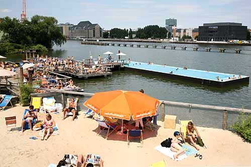 Berlin liegt zwar nicht am Strand, hat dafür aber eine Menge schöner Strandbars, wo man sich ans Meer und in den (Kurz)-Urlaub träumen kann. Hier unsere Auswahl: