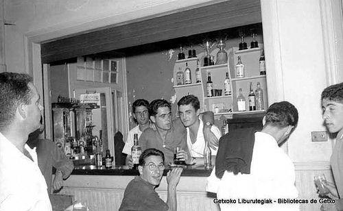 Lagun  taldea Itxas Gane tabernan / Cuadrilla en el bar de Itxas Gane, años 50 (Colección Eukeni Gallastegi) (ref. EGN0689)