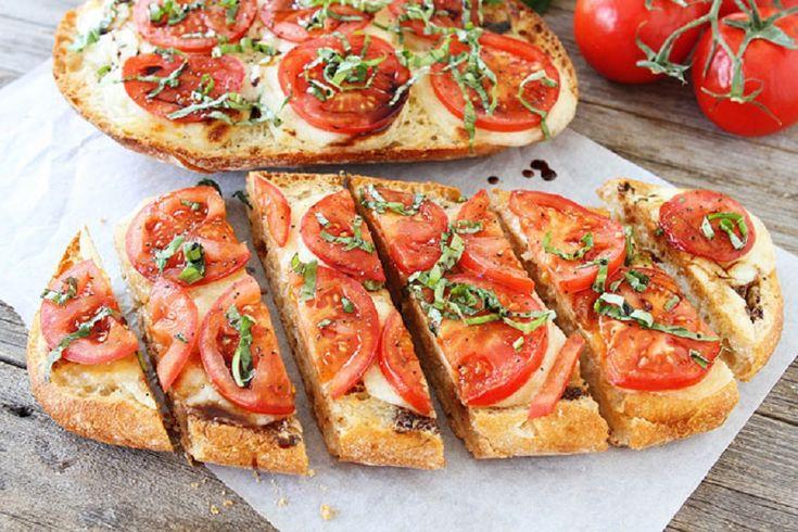 Un mic dejun rapid si gustos: paine cu usturoi, mozzarella si rosii - foodstory.stirileprotv.ro
