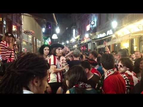 SUPORTERI SPANIOLII INAINTE DE FINALA UEFA.MOV