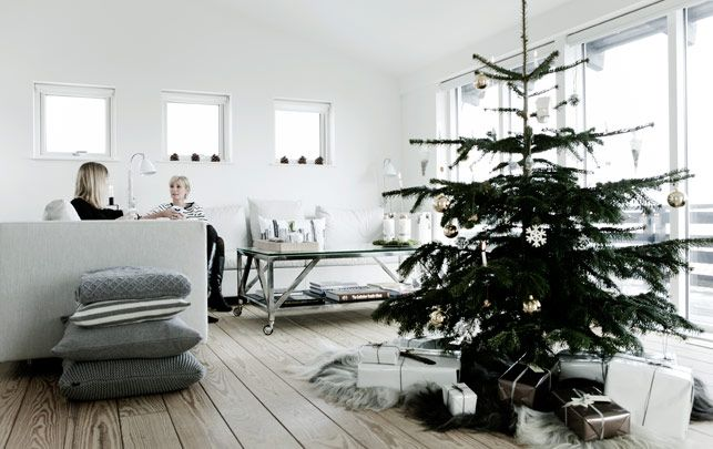 Sådan pynter vi op til hvid jul - Alt for damerne  Love the room, the wooly blankets, the brightness, and the fur under the tree...so pretty much everything.