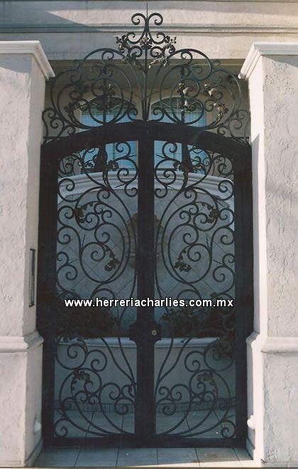 Cercos rejas protecciones de herreria para ventanas for Puertas metalicas modelos