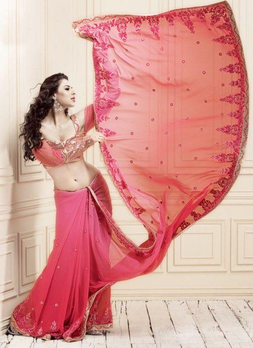 ピンクのシフォン素材でやわらかく可愛らしい印象に。インドサリーの着方