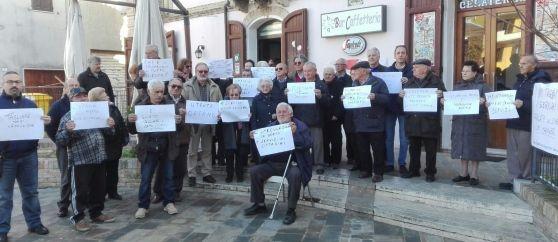 Montepagano di Roseto. Sit-in di protesta per evitare la chiusura dell'ufficio postale
