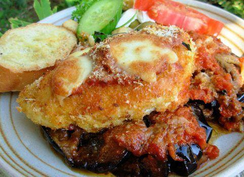 Τραγανά φιλέτα κοτόπουλου με παρμεζάνα και πικάντικες μελιτζάνες στο φούρνο