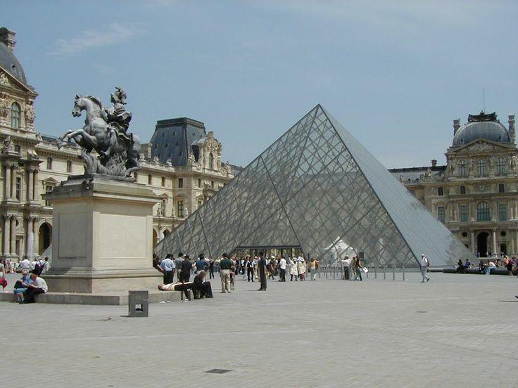 Louvre   Die imposante Glaspyramide ist derEingang des Louvre. Für die ...