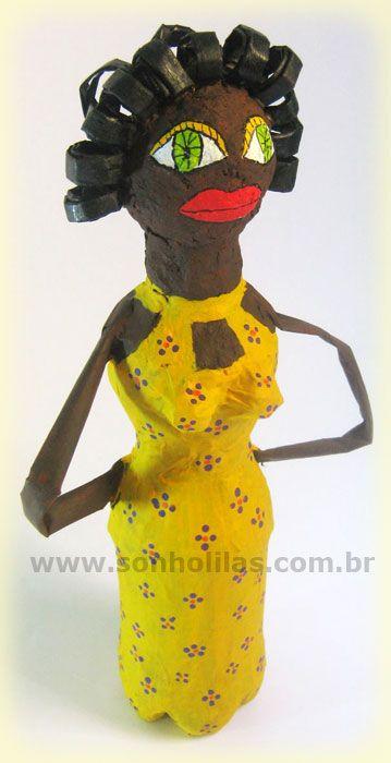boneca feita com garrafa e jornal