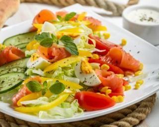Salade de crudités au saumon fumé et aux oeufs durs pour brûler des calories : http://www.fourchette-et-bikini.fr/recettes/recettes-minceur/salade-de-crudites-au-saumon-fume-et-aux-oeufs-durs-pour-bruler-des