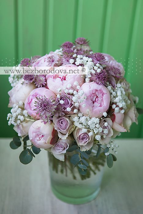 Летний свадебный букет из розовых пионов и сиреневых роз с гипсофилой и астранцией